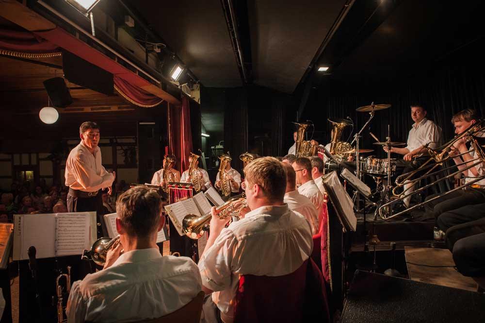 Anton Gälle dirigiert die Scherzachtaler Blasmusik